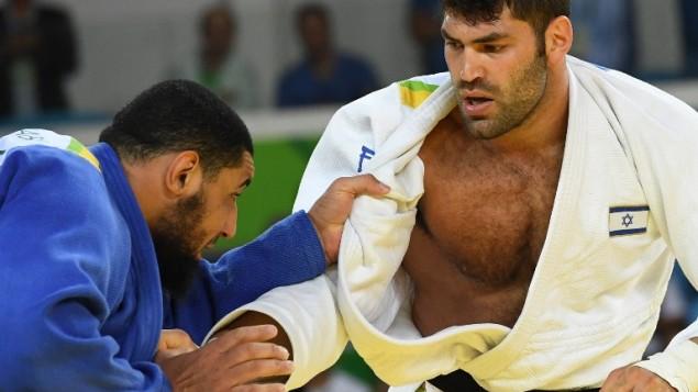 L'Egyptien Islam El Shahaby (en bleu) pendant son combat contre l'Israélien Or Sasson au premier tour du tournoi de judo masculin des +100kg aux Jeux olympiques de Rio, le 12 août 2016. (Crédit : AFP/Toshifumi Kitamura)