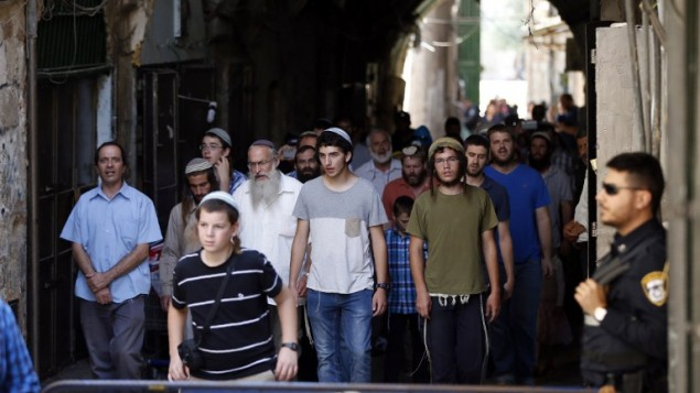Les forces de sécurité israéliennes montent la garde alors qu'un groupe d'hommes juifs achève sa visite du mont du Temple à Jérusalem, à Tisha BeAv, le 14 août 2016. (Crédit : AFP/Ahmad Gharabli)