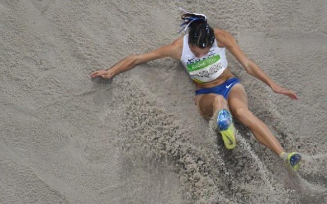 L'Israélienne Hanna Knyazyeva-Minenko pendant la finale du triple saut féminin des Jeux olympiques 2016 de Rio, le 14 août 2016. (Crédit : AFP/Antonin Thuillier)