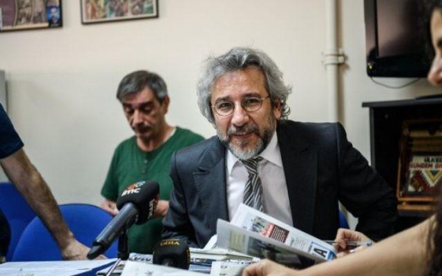 Can Dündar, rédacteur en chef démissionnaire du quotidien d'opposition turc Cumhuriyet, à Istanbul, le 21 juin 2016. (Crédit : AFP/Ozan Kose)