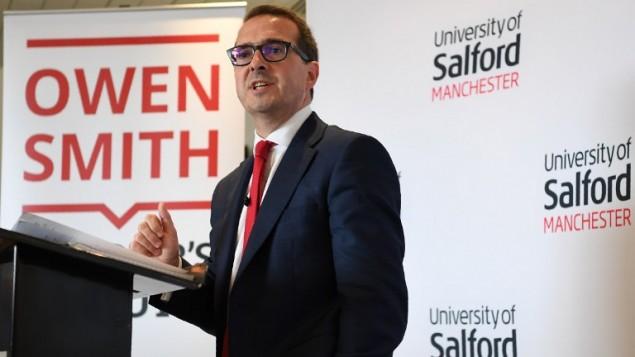 Owen Smith, candidat à la tête du Labour contre Jeremy Corbyn, pendant un discours sur le système de santé public au l'université de  Salford, dans le nord ouest de l'Angleterre, le 15 août 2016. (Crédit : AFP/Paul Ellis)