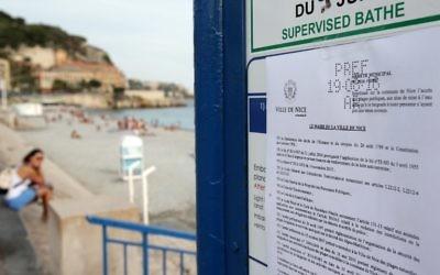 Photo d'un arrêté interdisant aux femmes de porter un burkini sur la plage, le 19 août 2016 à Nice, dans le sud de France (Crédit : AFP PHOTO / JEAN CHRISTOPHE MAGNENET)
