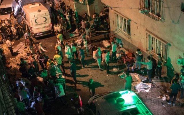 Les ambulances arrivent sur la scène d'un attentat suicide pendant un mariage, à Gaziantep, en Turquie, le 20 août 2016. (Crédit : AFP/Ahmed Deeb)