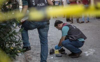 La police turque près de la scène de l'explosion terroriste dans un mariage qui a tué plus de 50 personnes à Gaziantep, à 60 km de la frontière syrienne, le 21 août 2016. (Crédit : AFP/Ahmed Deep)