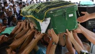 Funérailles d'une des victimes de l'attentat qui a frappé un mariage à Gaziantep, en Turquie, à 60 km de la frontière syrienne, le 21 août 2016. (Crédit : AFP/Ilyas Akengin)
