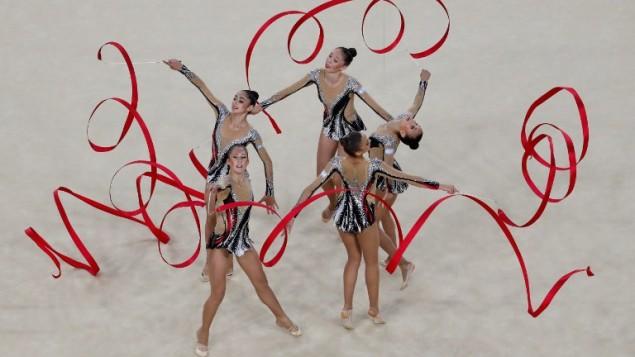 L'équipe israélienne concoure au ruban en finale de gymnastique rythmique pendant les Jeux olympiques de Rio, le 21 août 2016. (Crédit : AFP/Thomas Coex)