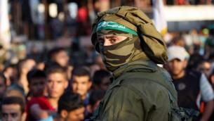 Un membre palestinien des Brigades al-Qassam, la branche armée du Hamas, pendant une parade militaire anti-Israël marquant le 2° anniversaire de la mort des commandants militaires du Hamas Mohammed Abu Shamala et Raed al-Attar, à Rafah, dans le sud de la bande de Gaza,le 21 août 2016. Crédit : AFP/Said Khatib)
