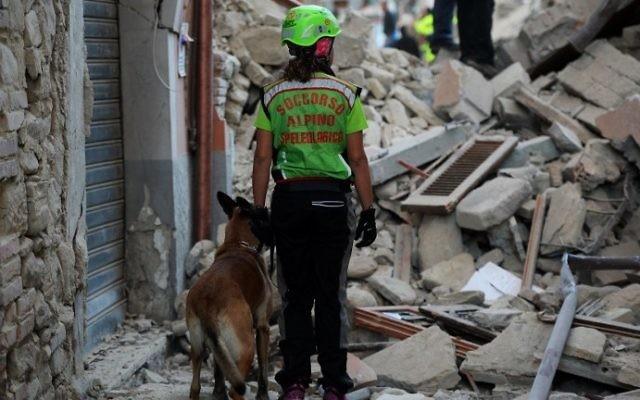 Un sauveteur cherche des victimes parmi les ruines d'une maison après un fort séisme à Amatrice, dans le centre de l'Italie, le 24 août 216. (Crédit : AFP/Filippo Monteforte)