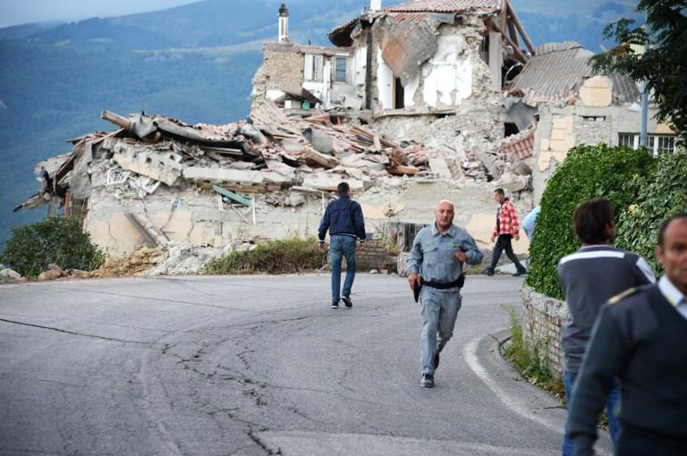 Les victimes et les secouristes parmi les décombres des maisons après un fort tremblement de terre qui  a frappé Amatrice, Italie, le 24 août 2016 (Crédit : AFP / FILIPPO MONTEFORTE)