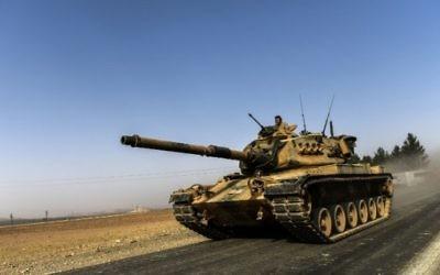 Un tank turc en route vers la Syrie à Karkamis, ville turque frontalière, le 24 août 2016. (Crédit : AFP/Bulent Kilic)