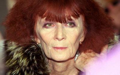 Cette photo d'archives prise le 22 octobre 2000 montre Sonia Rykiel arriver à l'université de la Sorbonne à Paris pour un débat sur la contribution de la mode et de la culture à l'économie.,(Crédit : Jean-Pierre MULLER)