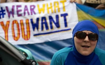 """Une femme portant un burkini dans une manifestation devant l'ambassade de France à Londres qui a pris la forme d'une """"Fête portez-ce-que-vous-voulez"""" pour protester contre l'interdiction de certaines tenues de bain sur les plages françaises, le 25 août 2016. (Crédit : AFP/Justin Tallis)"""