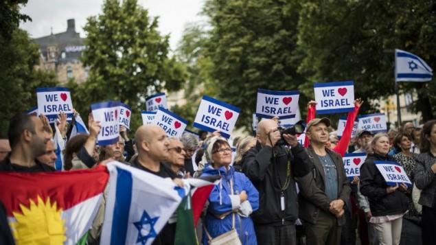 """Le rassemblement pro-Israël """"Reprendre le sionisme"""" à Stockholm, place Raoul Wallenberg, le 28 août 2016. (Crédit : AFP/Jonathan Nackstrand)"""