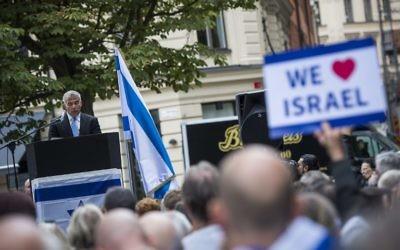 """Yair Lapid s'adresse au public du rassemblement pro-Israël """"Reprendre le sionisme"""" à Stockholm, place Raoul Wallenberg, le 28 août 2016. (Crédit : AFP/Jonathan Nackstrand)"""
