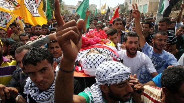 Funérailles d'Amjad Hatem Al-Jundi, qui avait attaqué des soldats israéliens avec un couteau, à Yatta, au sud de Hébron, en Cisjordanie, le 10 octobre 2015. (Crédit : AFP/Hazem Bader)