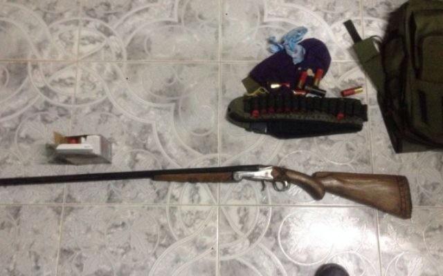 Un fusil, des munitions et d'autres équipements saisis par les troupes israéliennes dans le village palestinien de Jaba, pendant un raid nocturne, le 18 août 2016. (Crédit : unité des porte-paroles de l'armée israélienne)