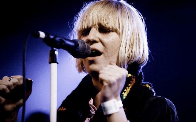 La chanteuse australienne Sia en 2008. (Crédit : Kris Krug/CC BY-SA 2.0/WikiCommons)