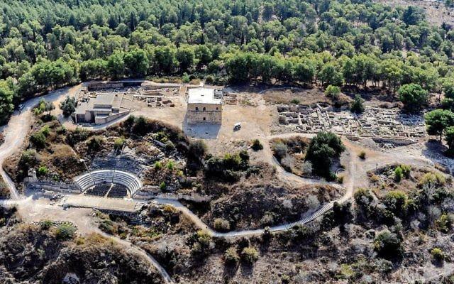 Vue aérienne du site archéologique de Zippori, en 2013. (Crédit : AVRAMGR - travail personnel/CC BY-SA 4.0/WikiCommons)
