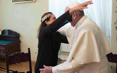 La chanteuse Noa, de son vrai nom Achinoam Nini, a rencontré le pape François à Cracovie, en Pologne, en juillet 2016. (Crédit : Facebook/Achinoam Nini)