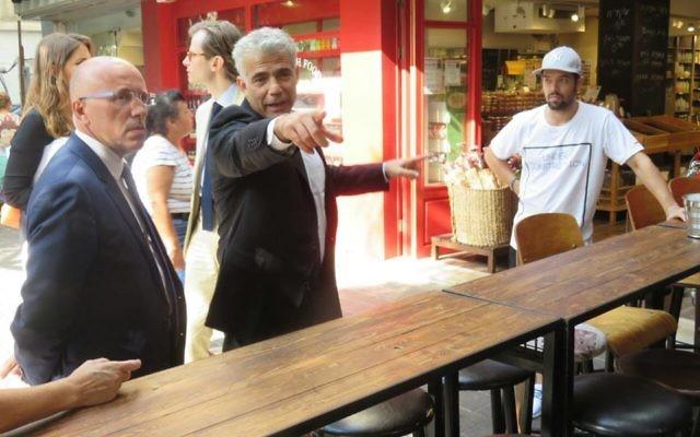 Yair Lapid en compagnie d'Eric Ciotti, Guillaume Larrivé au café Simta de Tel Aviv (Crédit : Facebook/Yesh Atid Sous la présidence de Yaïr Lapid)