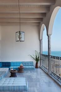 Un salon extérieur d'Efendi, luxueux hôtel boutique d'Akko possédé par le restaurateur Uri Jeremias. (Crédit : Efendi)