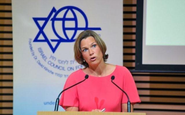 Katharina von Schnurbein, coordinatrice de la lutte contre l'antisémitisme de l'Union européenne, devant le Conseil d'Israël pour les relations étrangères, à Jérusalem, le 14 juillet 2016. (Crédit : Andres Lacko)