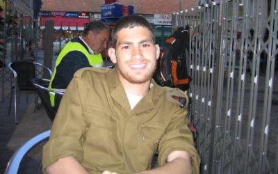 Michael Levin reçoit son paquet de Tastykakes, peu après son enrôlement au sein de l'armée israélienne, le 20 mars 2005. (Crédit : Tami Gross)