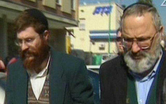 Eli Cohen, à droite, et Avihai Weinstein sont suspectés d'avoir vendu des armes à l'Iran. (Crédit : capture d'écran Deuxième chaîne)