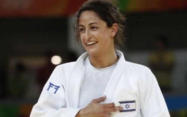 La judokate israélienne Yarden regarde le drapeau israélien après avoir battu la japonaise Miku Tashiro pour gagner le bronze du tournoi de judo féminin des -63kg aux Jeux olympiques de Rio, le 9 août 2016. (Crédit : AFP/Jacques Guez)