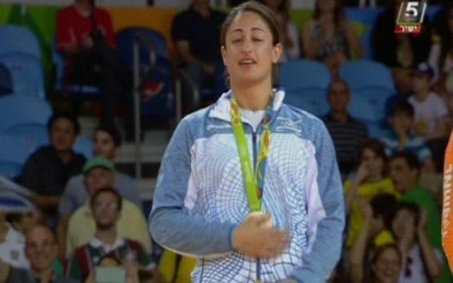 La judokate israélienne Yarden Gerbi tient sa médaille de bronze, obtenue dans le tournoi de judo féminin des -63kg aux Jeux olympiques de Rio, le 9 août 2016. (Crédit : capture d'écran Chaîne 55)