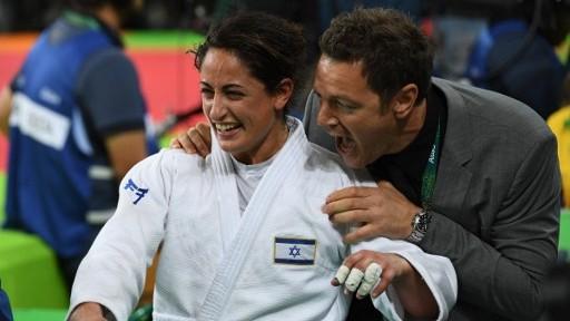La judokate israélienne Yarden Gerbi célèbre sa victoire à la troisième place du tournoi de judo féminin des -63kg aux Jeux olympiques de Rio, le 9 août 2016. (Crédit : AFP/Toshifumi Kitamura)
