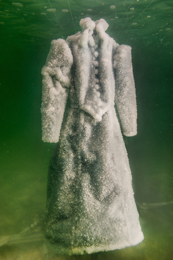 La robe noire de l'artiste israélienne Sigalit Landau dans la mer Morte (Crédit :  Marlborough Contemporary)