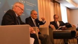 Le prince saoudien Turki bin Faisal Al Saud (au centre) et l'ancien directeur des services de renseignements militaires d'Israël Amos Yadlin (à gauche) partagent une scène à Bruxelles, avec l'éditorialiste du Washington Post David Ignatius (à droite), le 26 mai 2014. (Crédit : JTA)