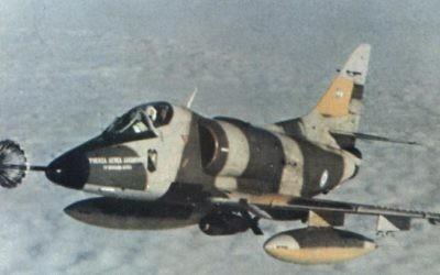 Une photo historique de la IV Brigade Air A-4C Skyhawk 'C-313 de larmée de l'air argentine au cours de la guerre des Malouines (Crédit : Domaine public)
