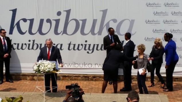 Le Premier ministre Benjamin Netanyahu dépose une gerbe au mémorial du génocide rwandais à Kigali, mercredi 6 juillet 2016 (Crédit : Raphael Ahren/Times of Israel)