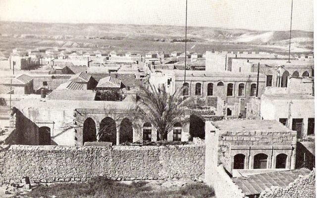 Une photographie de Beer Sheva dans les années 1950 (Crédit : The Encyclopedia of Israel in Pictures / Wikimedia)