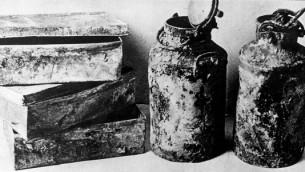 Boîtes métalliques et bidons de lait dans lesquels les archives de 'Oneg Shabbat' ont été enterrés en 1942 et 1943. (domaine public)