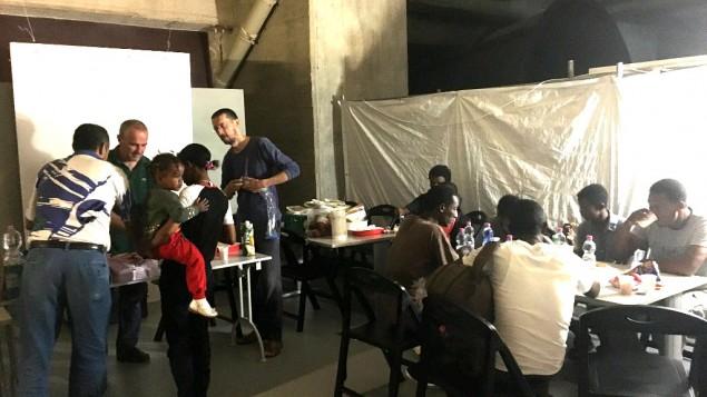 Des migrants prennent leur petit déjeuner au refuge du mémorial. Entre juin et novembre 2015, plus de 4 500 personnes ont trouvé refuge ici. A Milan, en août 2016. (Crédit : Rossella Tercatin/Times of Israel)