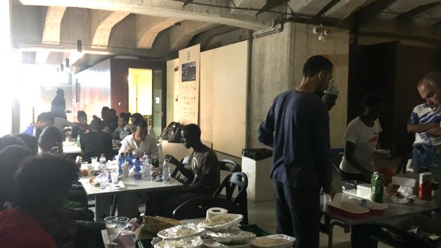 Plus de 80% des personnes accueillies au refuge venaient d'Erythrée en 2015, mais les pays d'origine recouvrent l'Afrique et le Moyen Orient. A Milan, en août 2016. (Crédit : Rossella Tercatin/Times of Israel)