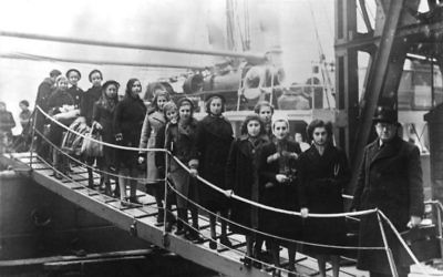 """Les enfants de juifs polonais d'une région située entre l'Allemagne et la Pologne à leur arrivée à Londres sur le """"Varsovie"""", en février 1939. (Crédit : Bundesarchiv, Bild 183-S69279/CC-BY-SA)"""