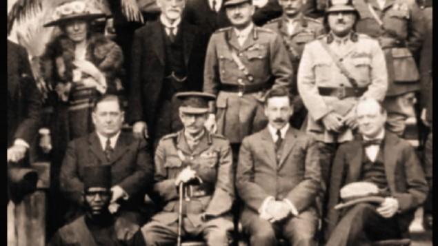 De droite à gauche, assis : Winston Churchill, Herbert Samuel. Au premier rang : Gertrude Bell, Sir Sassoon Eskell, le maréchal Edmund Allenby, Jafar Pasha al-Askari. Photographie prise à al Conférence du Caire, en 1921. (Crédit : Wikipedia)