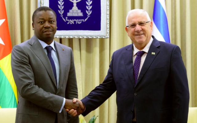 Le président israélien Reuven Rivlin et le président Gnassingbe du Togo, le 10 août 2016 à Jérusalem (Crédit : Mark Neiman/GPO)