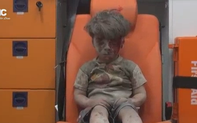 Capture d'écran de la vidéo du Aleppo Media Center du petit Omrane, survivant d'une frappe aérienne en Syrie