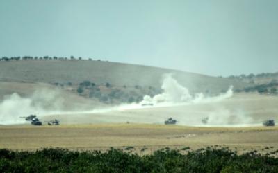 Des chars de l'armée turque et-des combattants de l'opposition syrienne se déplacent à l'ouest de la ville frontalière de la Syrie Jarablos le 24 août 2016. (Crédit : AFP / BULENT KILIC)