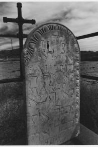 """""""Les cinq commandements en lettres hébraïques"""" montre l'influence juive dans un cimetière catholique dans la vallée du Rio Grande, en 1905. (Crédit : Cary Herz/autorisation)"""