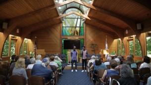 Gezahegn Dereve et Demoz Deboch à la Congrégation Kol Ami en juillet 2016. Ils disent que les gens qui entendent leur présentation sont généralement confus, puis en colère, puis veulent aider (Crédit : Autorisation Ryan Porush)