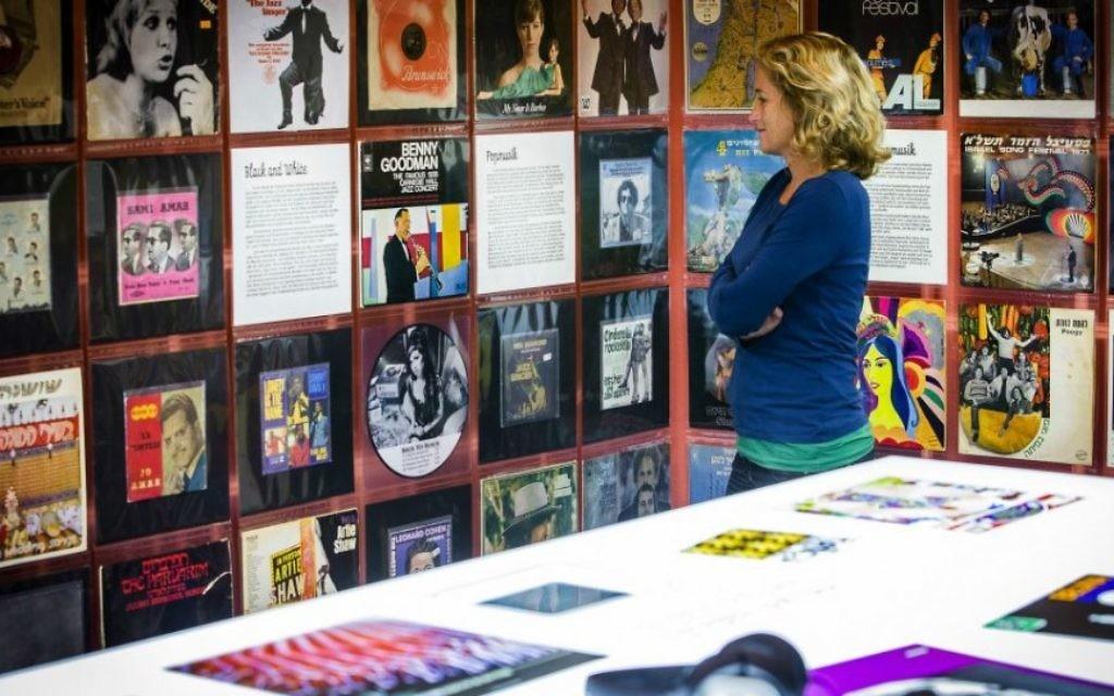 """Conçue par le musée juif de Hohenems en Autriche, l'exposition """"Jukebix, Jewkbox"""" met en lumière les contributions juives au monde de la musique. (Crédit : musée juif de Hohenems/Dietmar Walser)"""