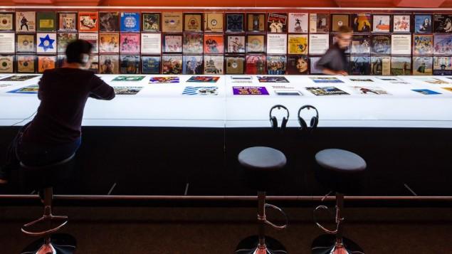 La pièce centrale de l'exposition est une réplique d'un comptoir de disquaire à taille réelle, avec des casques pour écouter. (Crédit : musée juif de Hohenems/Dietmar Walser)