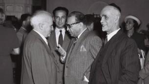 Le ministre iranien plénipotentiaire Reza Safinia, qui représentait Téhéran en Israël, discute avec le Premier ministre de l'époque David Ben Gurion à Jérusalem, le 1er juin 1950 (Crédit : Teddy Brauner / GPO)