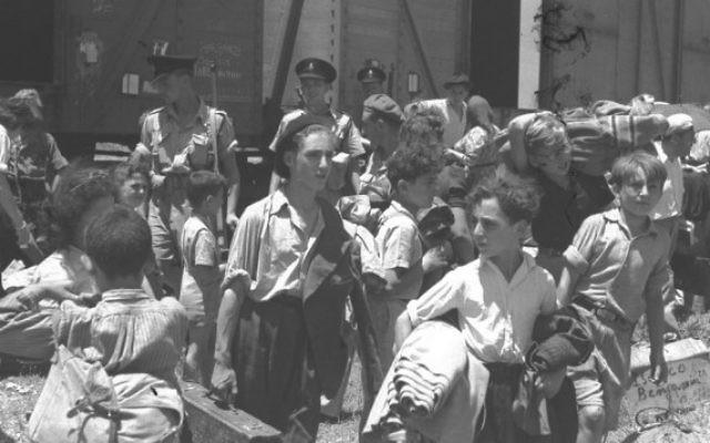 Des enfants sauvés des camps de concentration nazis en Europe arrivent au camp de détention d'Atlit, près de Haïfa, en 1945. (Crédit : GPO)